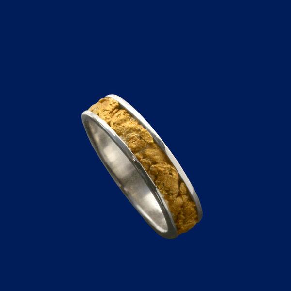 Valkokultainen vihkisormus kultahipuilla  b3179c6534